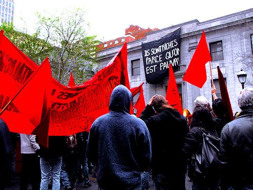 1er mai 2010, banner drop, Ils sont riches parce qu'on est pauvre!